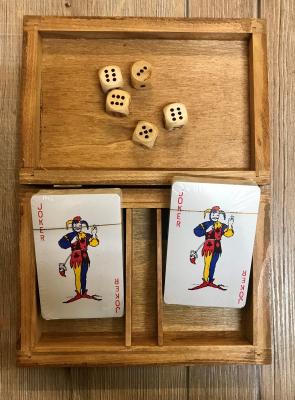 Holzkassette mit 2 Kartenspielen und 5 Würfeln