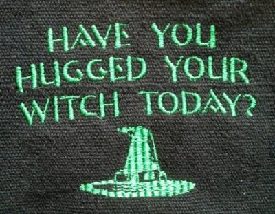 Umhänge- Tasche schwarz - Have you hugged your Witch today? - grün