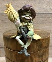 Figur - Pixie-Hexen Kantenhocker Besen hält Besen nach oben - bunt - Dekoration