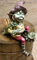 Figur - Pixie-Hexen Kantenhocker lässt ein Bein nach unten baumeln - bunt - Dekoration