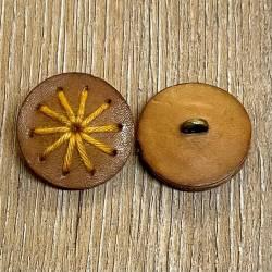 Knopf aus Leder - braun mit gelbem Fadenlauf - Öse - 28mm