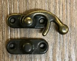 Schließe Hakenschließe S - Farbe: altmessing - 4 Löcher