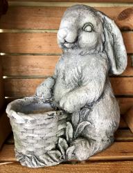 Gartenstatue - Hase mit Pflanztopf - wetterbeständig - Ausverkauf