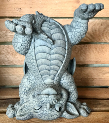 Gartenstatue - Drache macht Kopfstand (in & outdoor) - Auslaufartikel