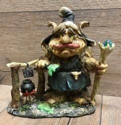 Statue - Troll-Hexe mit Stab und Kessel - coloriert