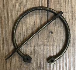 Brosche Fibel - groß - handgeschmiedet aus Bronze/ Messing - mit Loch-Enden - 8cm