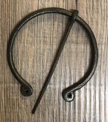 Brosche Fibel - groß - handgeschmiedet aus Bronze/ Messing - mit Loch-Enden (rund) - 8cm