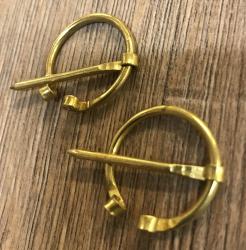 Brosche Fibel - klein - handgefertigt aus Messing - gebogene Enden - 2,4cm -  2 Stück