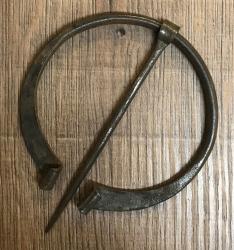 Brosche Fibel - groß - handgeschmiedet aus Eisen - gebogene Enden - 9cm