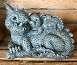 Gartenstatue - Drachenmama mit Jungdrachen auf dem Rücken Lovely (in & outdoor)