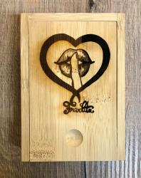 Zubehör - Box aus Bambus für Pokerkartenspiel mit Schiebedeckel und gelasertem Frivolita Logo