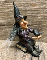 Figur - Lustige Hexe liest - sitzt auf Büchern - mit Raben