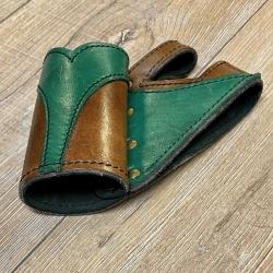 Leder - Schwert Halter zweifarbig - verschiedene Designs - braun/ grün