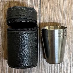 Flachmann - Flask - 4er Set Becher/ Pinnchen/ Schnapsgläser in Kunstlederhülle