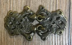 Schließe aus Metall - Gewand - nordisch - 67 x 39 mm - altmessing