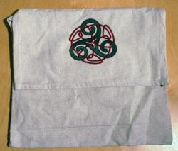 Umhänge- Tasche natur - Triskele mit Endlosknoten - grün/ rot