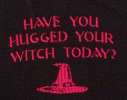 Umhänge- Tasche schwarz - Have you hugged your Witch today? - rot