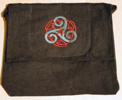 Umhänge- Tasche schwarz - Triskele mit Endlosknoten - grün/ rot